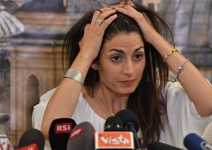 """Roma, raffica dimissioni. Raggi piange, il golpe e Di Maio: """"Tutti contro"""""""