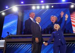 """Elezioni Usa, Obama: """"Hillary persona giusta"""". Fuori scoppia il caos"""