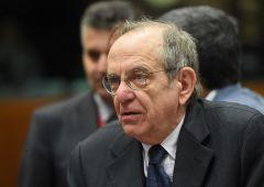 "Banche italiane, utili quasi dimezzati. Padoan: ""Urge ristrutturazione"""