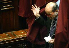 Scontro tra Renzi e Bersani. Tragedia PD, ultimo atto