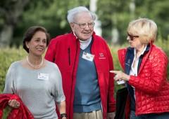 Usa: Buffett zittisce Trump, Wikileaks inguaia Clinton