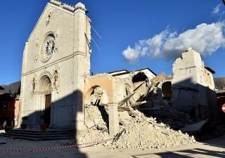 Terremoto, nuova forte scossa in Centro Italia. Arrivano le tende