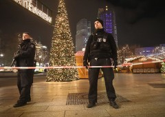 Berlino come Nizza: camion fa strage tra la folla, caccia all'uomo