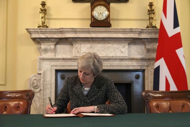 Brexit è ufficiale: Theresa May mette la firma sull'articolo 50