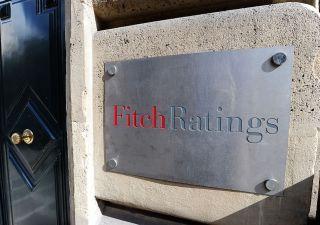 Rischi politici e banche deboli: Fitch taglia rating Italia