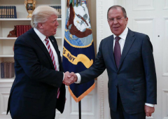 """Trump e Lavrov si stringono la mano in foto """"epica"""""""