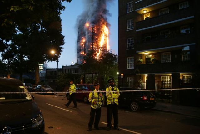 Grattacielo di cristallo in fiamme, terrore a Londra