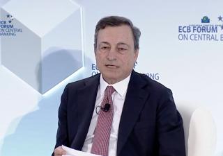 Euro forte preoccupa i mercati, in trepidazione per Draghi