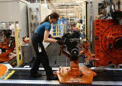 Si interrompono cali PMI, ma euro forte pesa su export