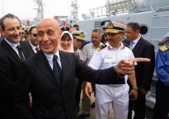 Italia bombardata da migranti, Minniti minaccia di chiudere porti
