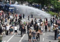 """G20, Amburgo """"zona di guerra"""", feriti agenti e manifestanti"""