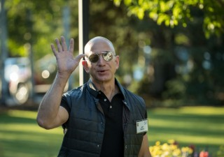 Bezos rischia di perdere la corona di più ricco al mondo: in poche ore in fumo miliardi di dollari