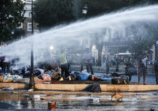 Roma, polizia usa bastoni e idranti contro i rifugiati
