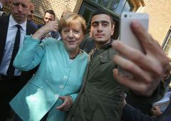 "Merkel rischia, Bundestag: ""Ha deciso da sola apertura frontiere"""
