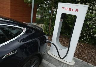 Auto elettriche: cambio ai vertici, nel 2025 il podio di Tesla andrà a Vw