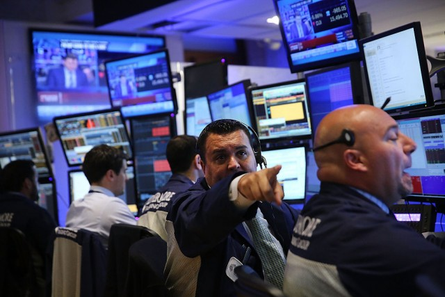Trader al lavoro sui mercati Usa del NYSE