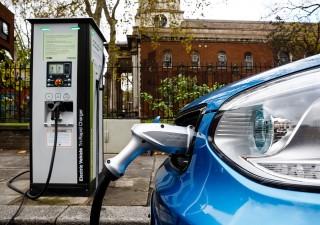 Auto elettriche, si raffredda l'interesse degli italiani