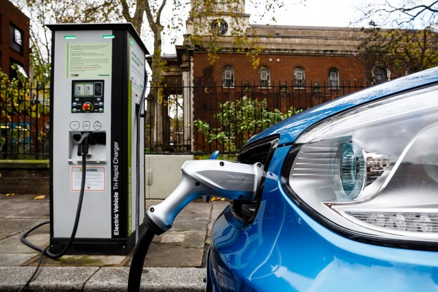 La batteria di un'auto elettrica di Kia (Soul EV) viene ricaricata in una stazione di Londra. Vetture che generano emissioni quasi zero come questa possono costare fino a 2 sterline per miglia