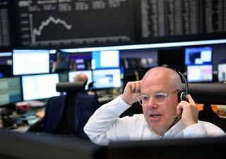 Borse ignorano minacce Bce e Germania, Bond avanzano