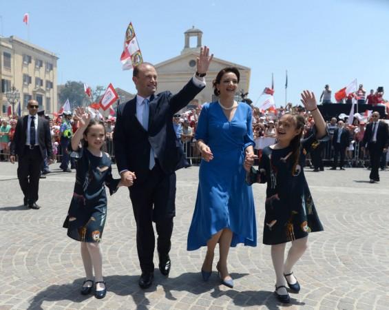 Joseph Muscat con la moglie Michelle e le due figlie saluta il pubblico accorso all'Auberge de Castille dopo la sua cerimonia di insediamento quest'anno al Palazzo Grand Master di Valletta