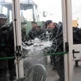 La Guardia Civil spagnola rompe una porta alle urne aperte di Sant Julia de Ramis dove il presidente della Catalogna si reca per votare per l'indipendenza della regione autonoma