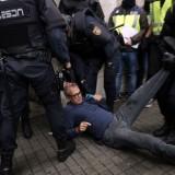 Polizia spagnola in azione a Barcellona il primo ottobre giorno del referendum per l'indipendenza catalana