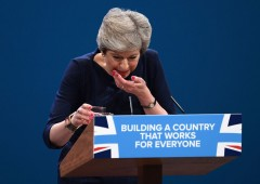 """""""Brexodus"""": il giorno dopo il terremoto, governo May in bilico"""