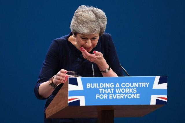 Theresa May tossisce durante una conferenza dei conservatori: in dubbio il suo futuro di leader del paese e del partito
