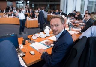 Borse titubanti: si teme peggior scenario in Germania, euro giù