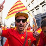 Manifestanti unionisti sfilano per le strade di Barcellona per manifestare la loro contrarietà alle mire secessioniste della Catalogna (Jeff J Mitchell/Getty Images)