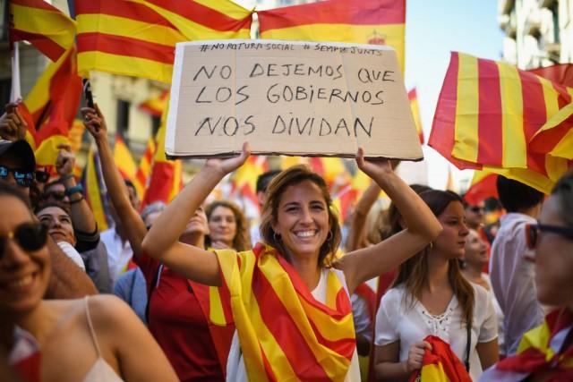 Indipendenza Catalogna, manifestanti per l'una o l'altra causa