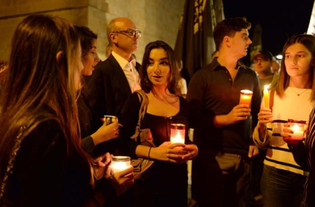 Migliaia di persone riunite per una veglia a Malta in onore della giornalista uccisa per aver fatto il suo lavoro, svelando la lista dei nomi degli evasori coinvolti nei Panama Papers (foto di MATTHEW MIRABELLI/AFP/Getty Images)