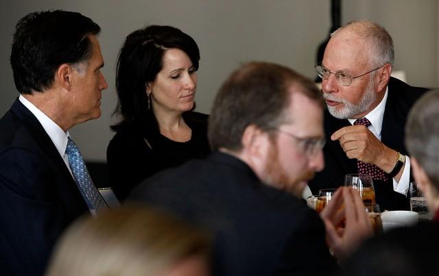 Il fondatore del fondo hedge Elliott Management, che ha finanziato la campagna presidenziale dell'ex governatore del Massachusetts Mitt Romney nel 2008 durante un forum di politica estera al W Hotel di Washington D.C.