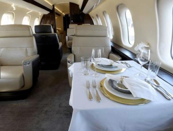 La stanza matrimoniale del jet privato di lusso Bombardier Global 700, il più grande del suo genere sul mercato