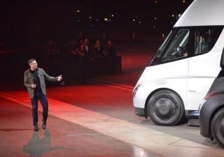 Tesla presenta primo camion elettrico.. con una sopresa