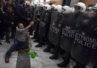 Grecia mette all'asta le case pignorate, scoppiano scontri