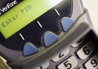 Banche, calano le commissioni per chi usa bancomat e carte di credito
