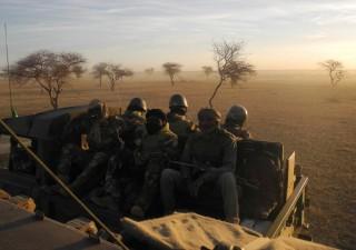 Militari italiani in Niger, dietro c'è Macron