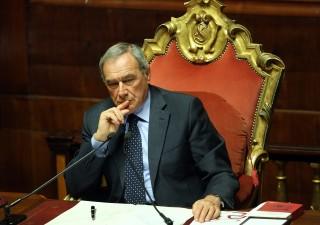 Elezioni politiche, Grasso risponde alle polemiche. Sì di Renzi al salario minimo