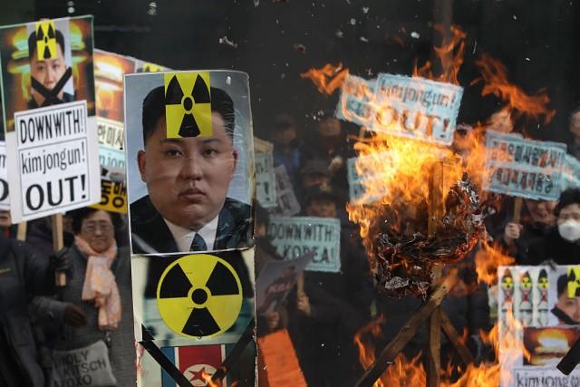 Corea del Sud: manifestanti bruciano un poster del leader  nordcoreano Kim Jong-durante un corteo svoltosi l'11 febbraio del 2016