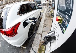 Auto elettriche: entro il 2040 saranno più della metà