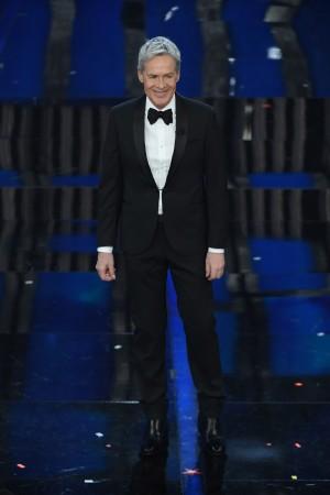 Il secondo smoking indossato da Baglioni a Sanremo era abbinato a camicia bianca e papillon scuro, aveva dettagli di lurex sui revers a scialle.