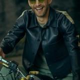 Moda uomo: easy rider. Giacca in pelle Dirk Bikkembergs. pantaloni Tela Genova 1860, maglia Seventy, occhiali Polaroid