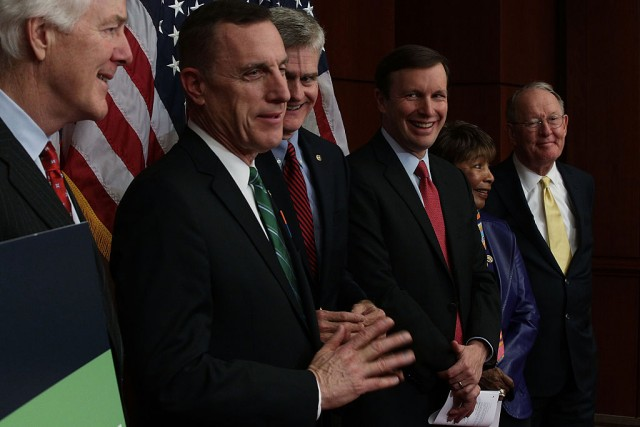 Elezioni Pennsylvania: trump rischia. Nella foto il Repubblicano Tim Murphy (secondo da sinistra) insieme ad altri senatori riuniti per esortare il Senato ad approvare il testo di riforma sulla salute mentale