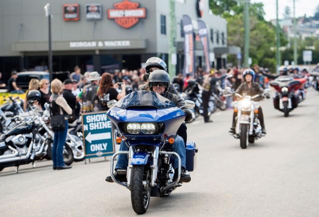 I festeggiamenti per i 100 anni di Harley Davidson in Australia: UE ha minacciato di imporre dazi alle importazioni di moto e auto Usa