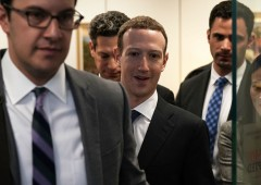 Facebook: crollo record, azionista avvia causa legale contro Zuckerberg