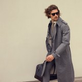Trench coat e borsa Canali; completo, camicia e cravatta Ralph Lauren; occhiali Ermenegildo Zegna