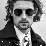 Trench coat e camicia Versace; cravatta Canali; occhiali Tom Ford