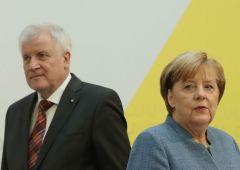 Migranti mettono in bilico Merkel: ministro Interni minaccia tenuta governo