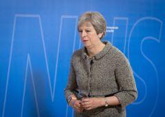 May sotto scacco: dopo stop al voto, chiede aiuto a Merkel